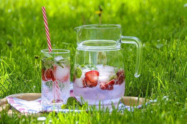 letní nápoj s jahodami