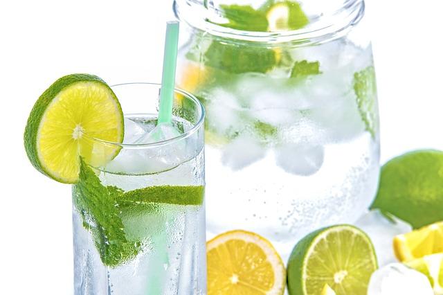 voda s limetkou a mátou