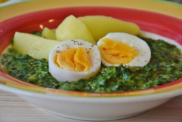 špenát s vejcem a bramborem
