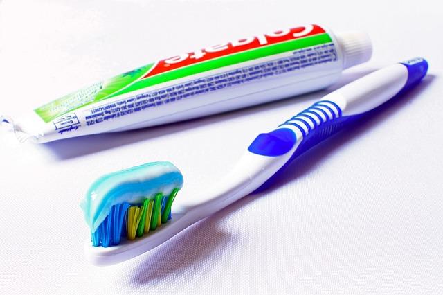kartáček a zubní pasta