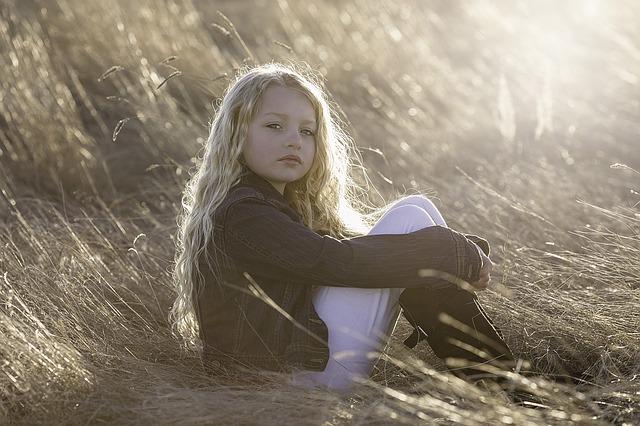 dlouhovlasá dívka