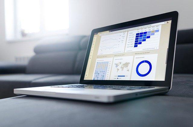 Grafy v modrých farbách na obrazovke notebooku.jpg
